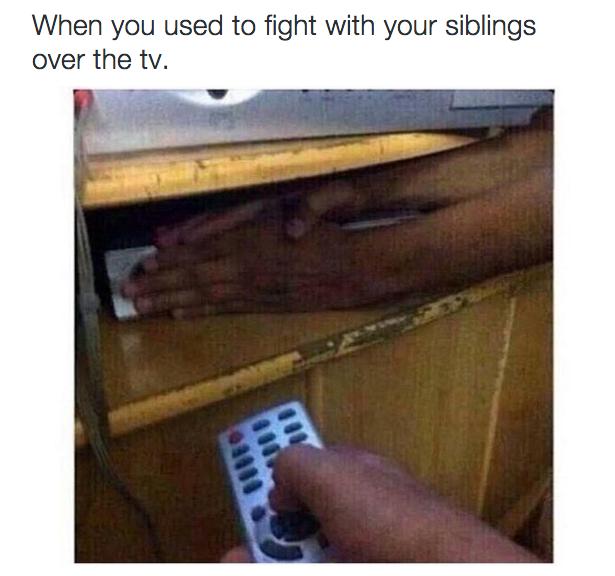 cuando los hermanos se pelearon por la television y uno le tapaba al otro el laser lector