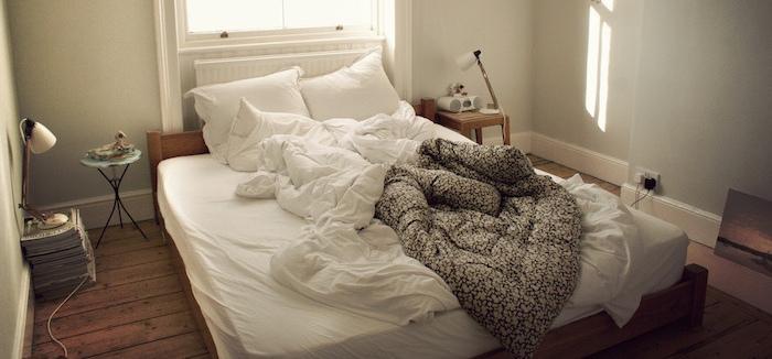 cobijas de la cama destendida
