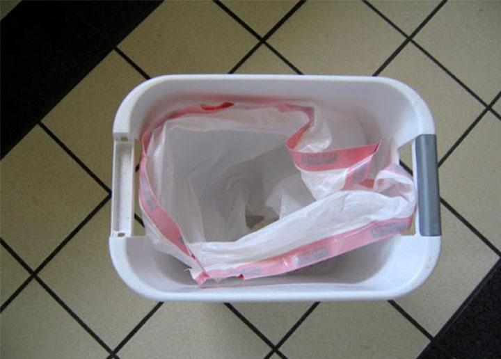 cesto de la basutracon la bolsa malcolocada