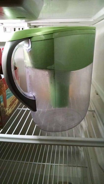 Jarra de agua vacia en el refrigerador