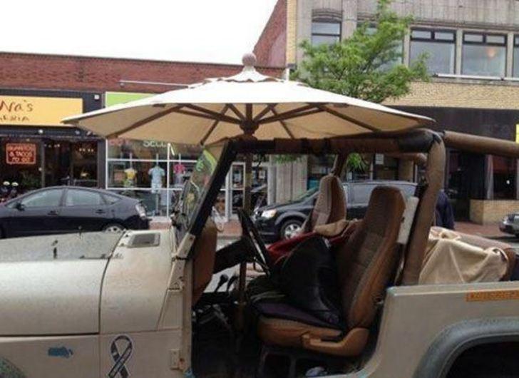 sombrilla de sol en un jeep