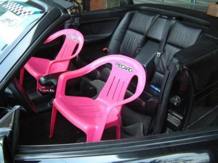 carro deportivo con sillas de plastico para playa remplazadas
