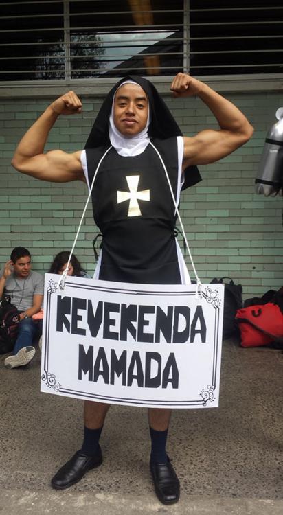 hombre disfrazado de reverenda mamada