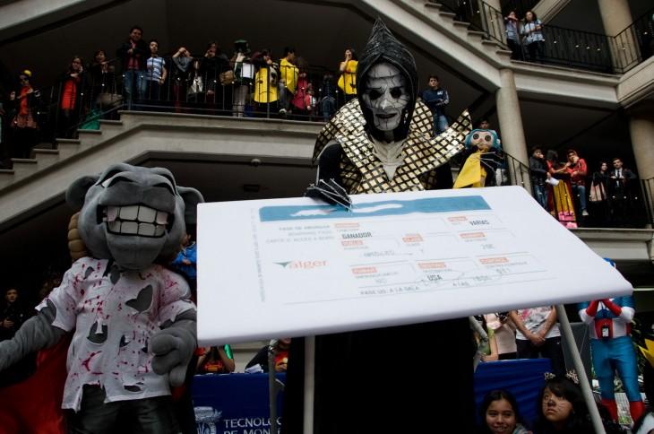 disfraz de halloween entregando el premio