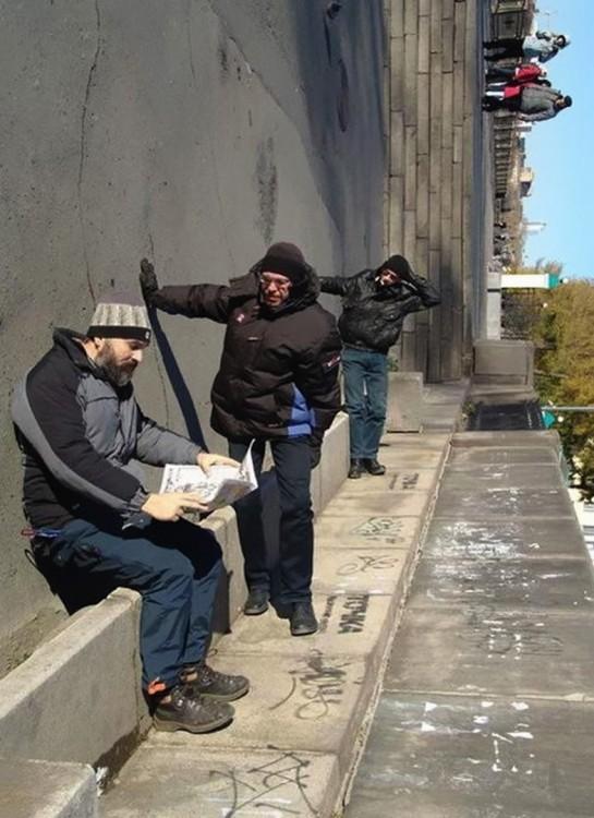 hombre tirados en la calle simulando ilusionismo
