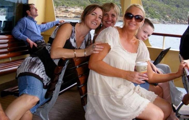 foto en la que parece que el hombre de atrás de la mujer esmuy pequeño y se pone en forma de caballitop con la muchacha