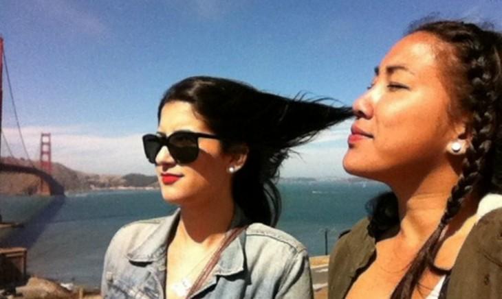 mujer que parece que aspira el cabello de la otra amiga
