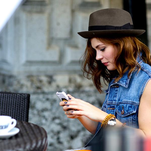 mujer hablando por celular mientras se encuentra en un café