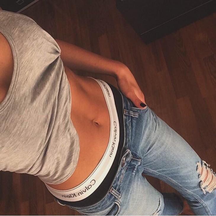 chica de abdomen plano muestra su figura en Instagram