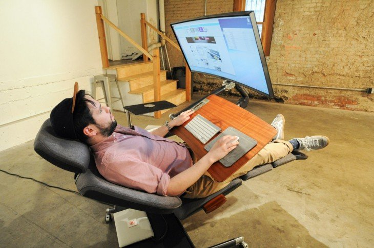 Chico acostado trabajando en la silla Altwork Station