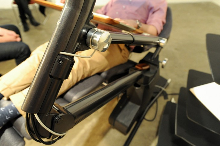 chico sentado en la silla en la que puedes trabajar acostado