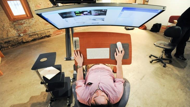 un hombre trabajando acostado en la silla Altwork Station