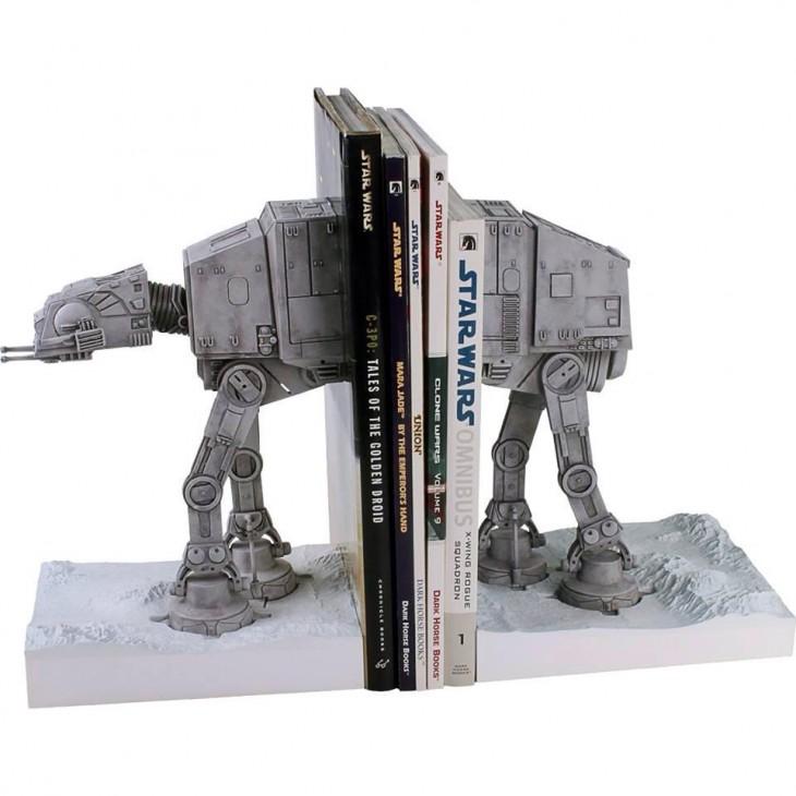 organizador de libros con la figura del arma del imperio