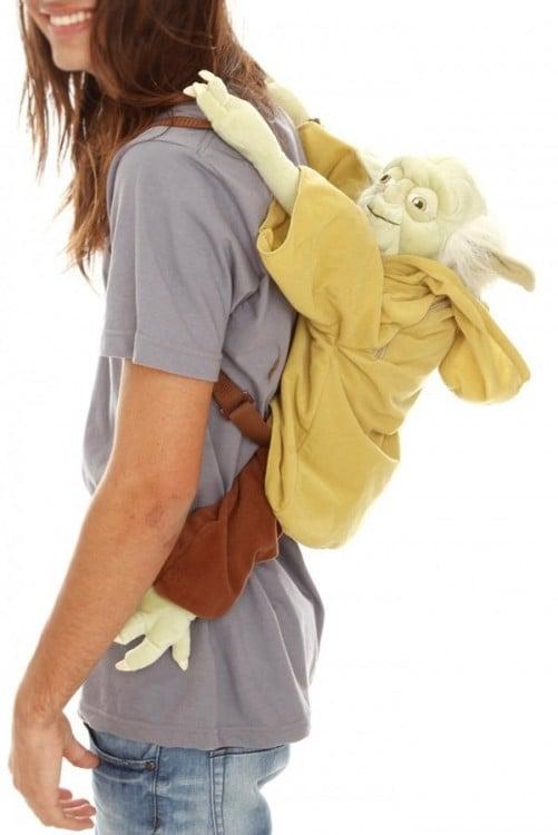 chico con una mochila en forma de Yoda