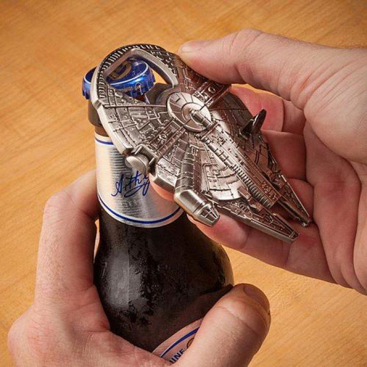 Destapador de botellas en forma del halcón milenario
