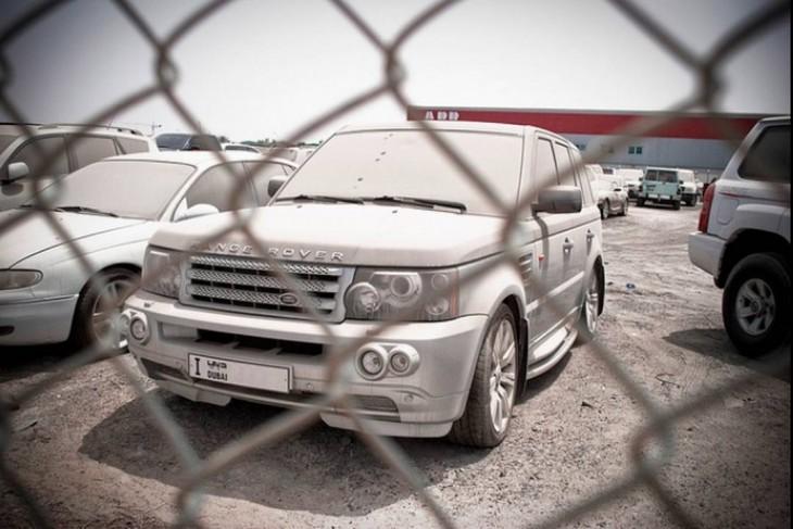 Range Rover polveada y abandonada en un depósito de chatarra en Dubái