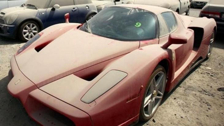 Ferrari abandonado en uno de los estacionamientos en Dubái