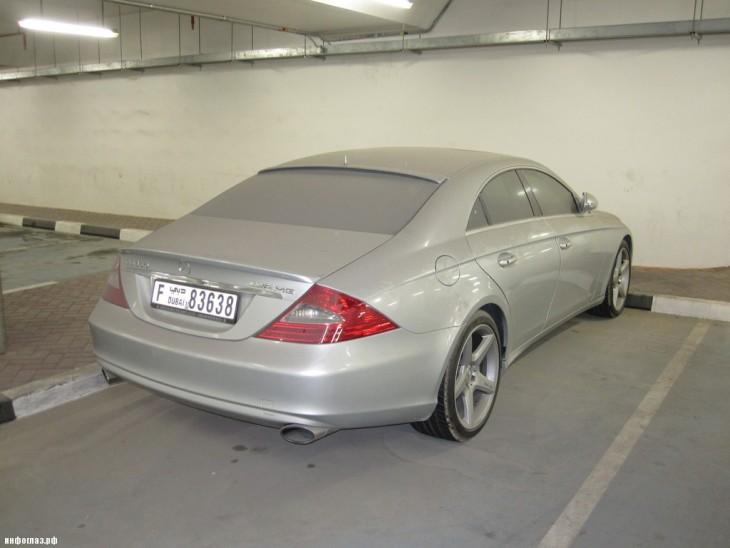 Mercedes Benz gris abandonado en un estacionamiento en Dubái