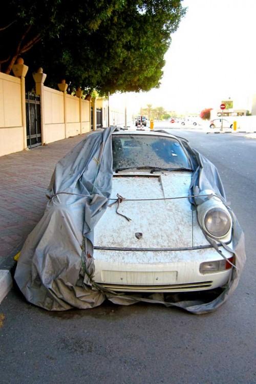 Porsche blanco abandonado en una de las calles de Dubái