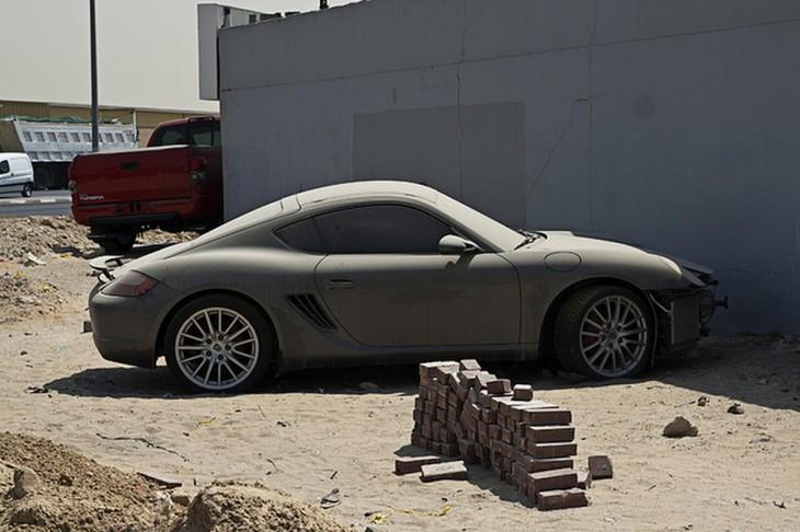 Porsche Cayman abandonado en una de las calles de Dubái