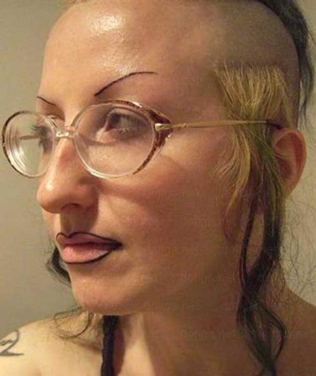 mujer punk con las cejas más feas de las punks