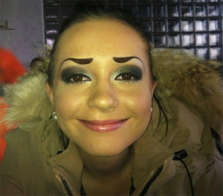 mujer con las cejas feas