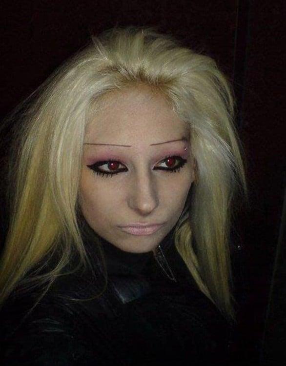 mujer con el maquillaje muy exagerado