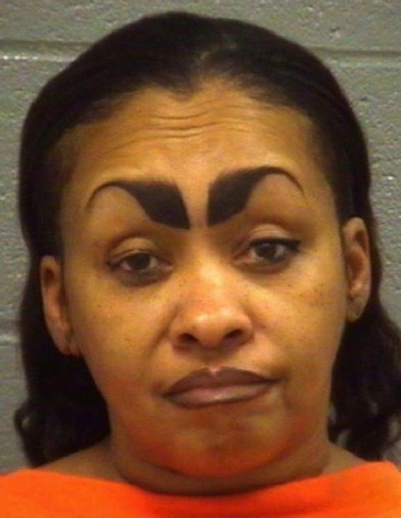 mujer convicta con las cejas demasiado gruesas