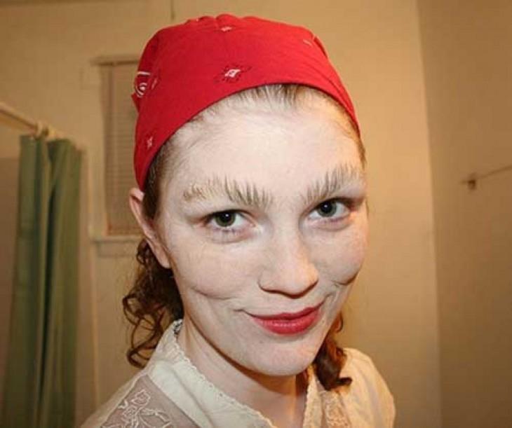 mujer con las cejas peinadas hacia arriba