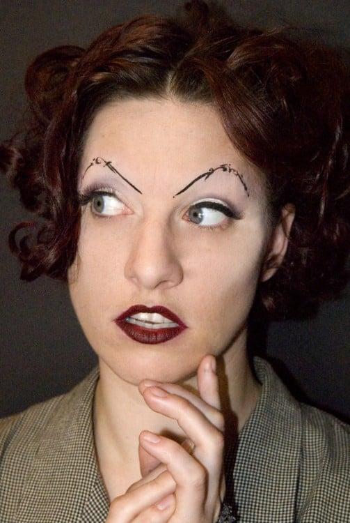 mujer con las cejas con decorado, al parecer es una modelo