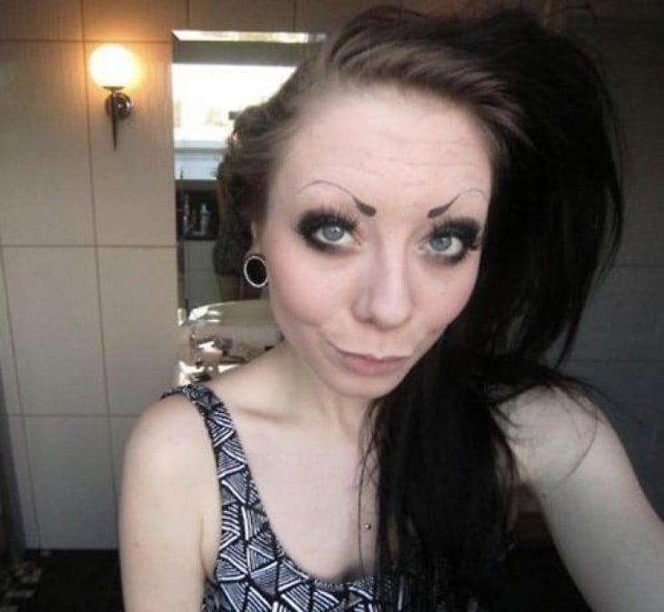 mujer con las cejas demasiado delgadas