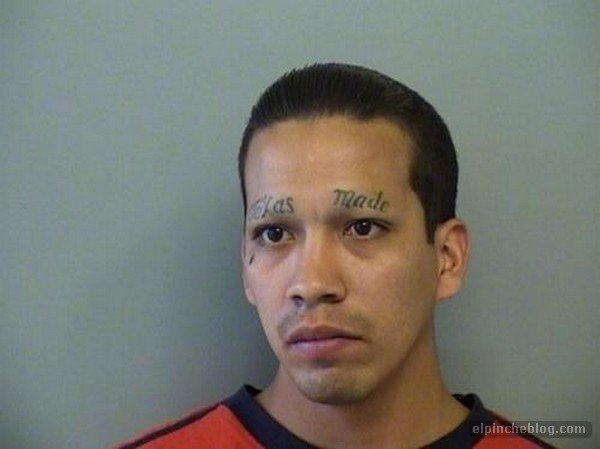 hombre que se tatuo las cejas con el nombre de texas made