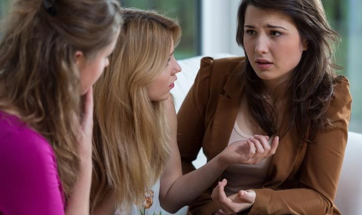tres chicas platicando
