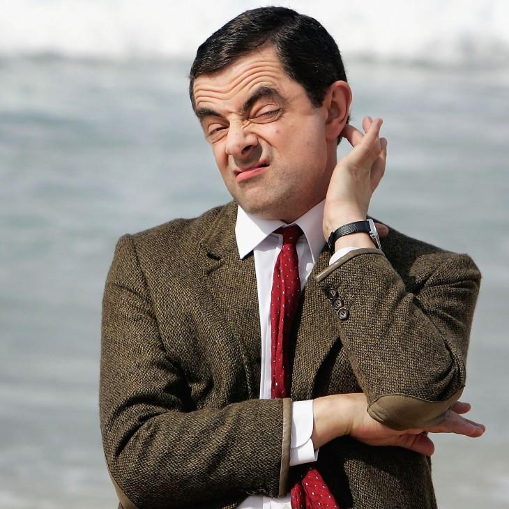 Mr Bean con cara de no entender nada y rascando su cabeza