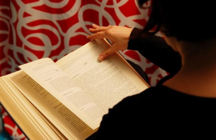 una persona leyendo un libro