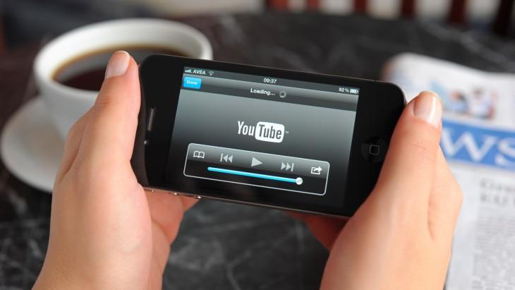 persona con un celular en la mano esperando a que cargue el YouTube