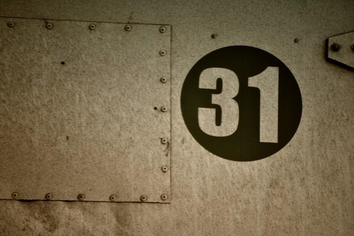 pared con un círculo negro y en medio el número 31