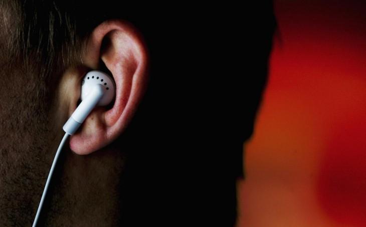 cabeza de una persona con un auricular en el oído