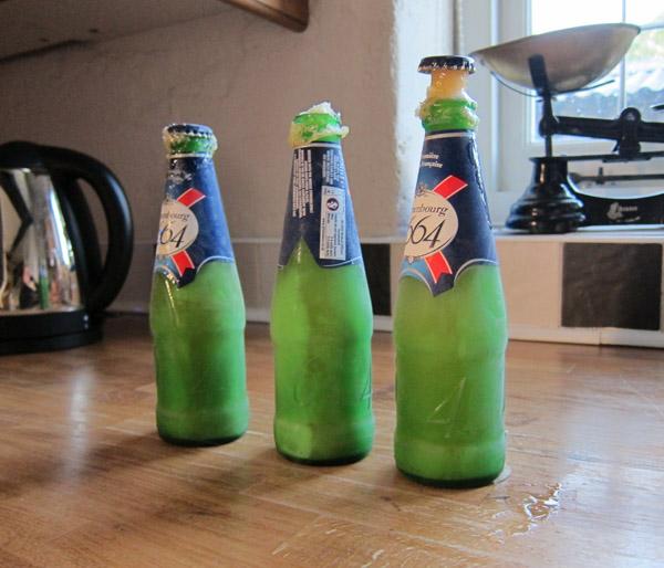 botellas de cerveza congeladas sobre una mesa