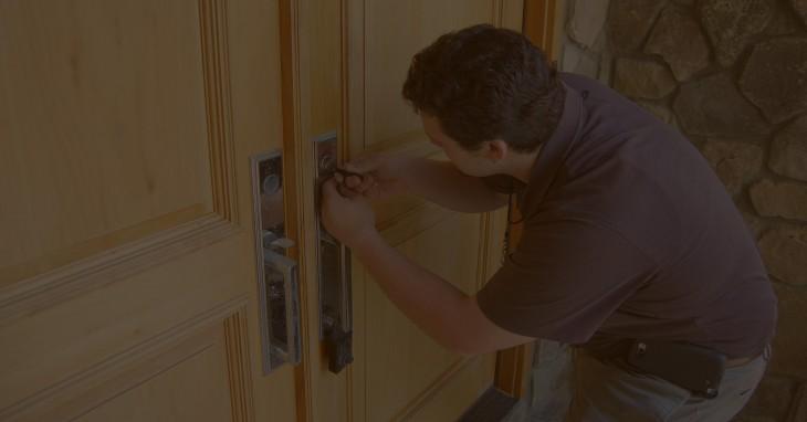 Persona intentando abrir la puerta de su casa