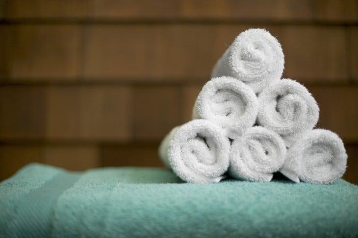 toallas blancas acomodadas sobre una toalla verde