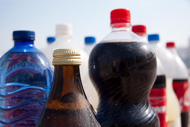 foto con muchas botellas de diferentes tipos de bebidas
