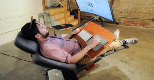 Este escritorio del futuro te permite trabajar acostado