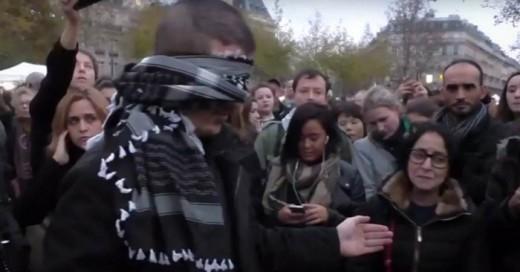 Este hombre musulmán se paró en mitad de París con un mensaje