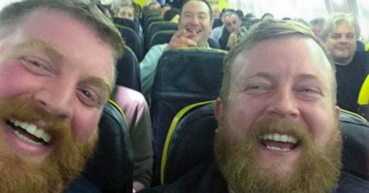 Un hombre se encuentra a su doble en un vuelo y se toman un selfie