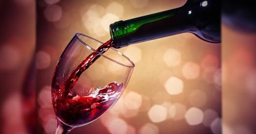 Algunos investigadores en la Universidad Alberta en Canadá realizaron muchos estudios en cuanto a los beneficios del vino tinto