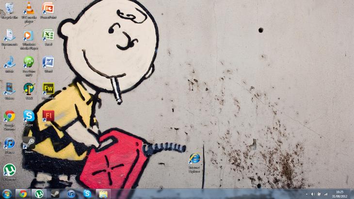 fondo de escritorio de charlie de snoopy intentando quemar el icono de internet explorer