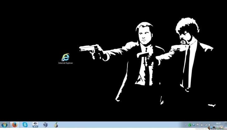 personajes de la película pulp fiction apuntando con una pistola directo al icono de internet explorer