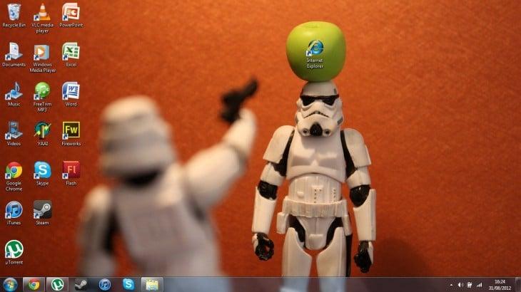 Fondo de escritorio con personajes de star wars disparando al icono de internet explorer