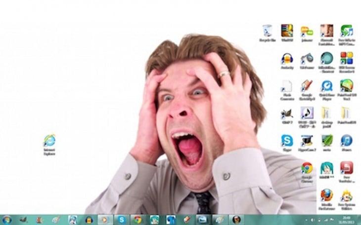 mesa fonde de um homem que gritava contra o ícone do Internet Explorer